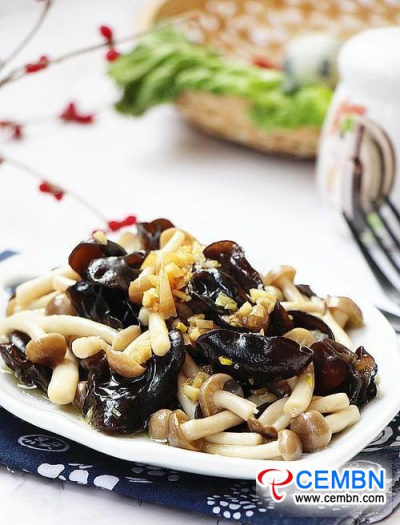 Recipe: Stir-fried Brown Shimeji mushroom and Black fungus in garlic flavor